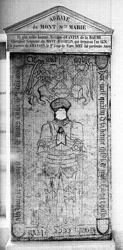 Dalle funéraire en pierre à effigie gravée de Quentin de la Baume, Seigneur de Mont-Saint-Sorbin, mort en 1476