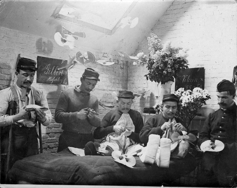 Blessés français dans un hôpital allemand, occupés à fabriquer toutes sortes d'objets