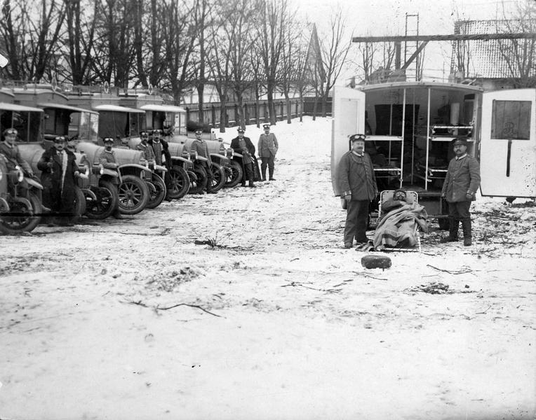 Colonne d'autos sanitaires prêtes à transporter les blessés