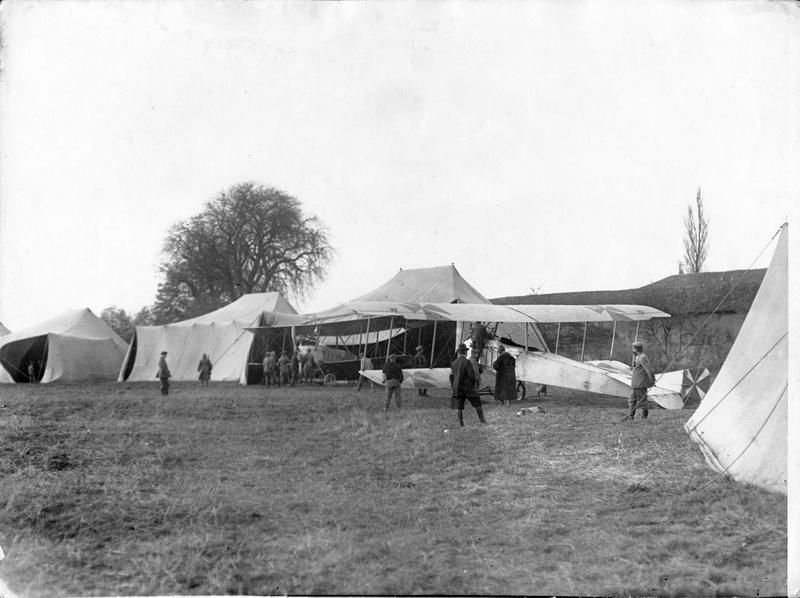 Terrain d'aviation. Tentes servant de hangars