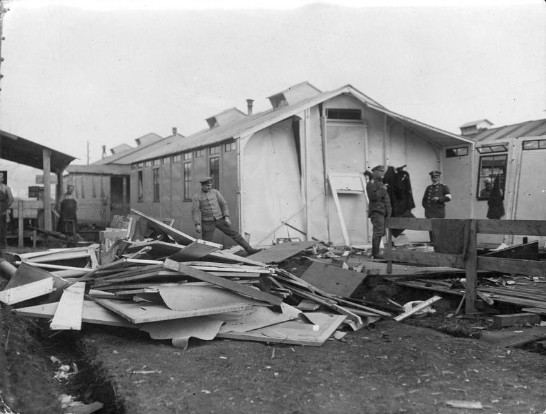 Ambulance allemande détruite à Vigneulles, où les avions français ont jeté des bombes