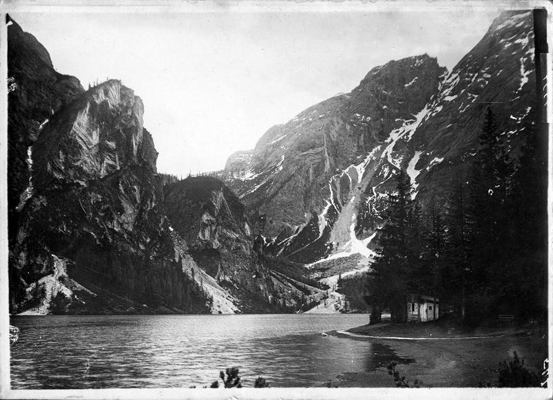 Pragser Wildsee. Frontière du Tyrol dans les Dolomites