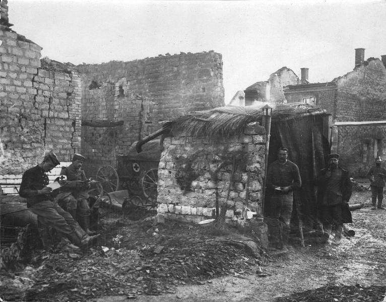 Ambulance allemande dans un village bombardé
