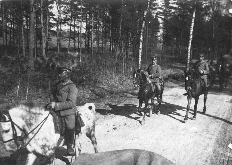 Une colonne allemande de munitions suivant les troupes en marche vers Minsk