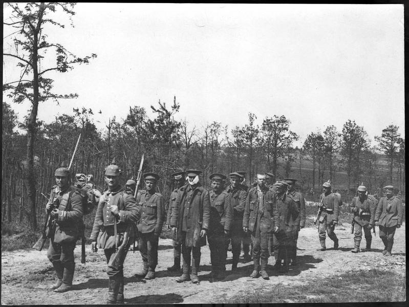 Colonne de prisonniers anglais près d'Ypres