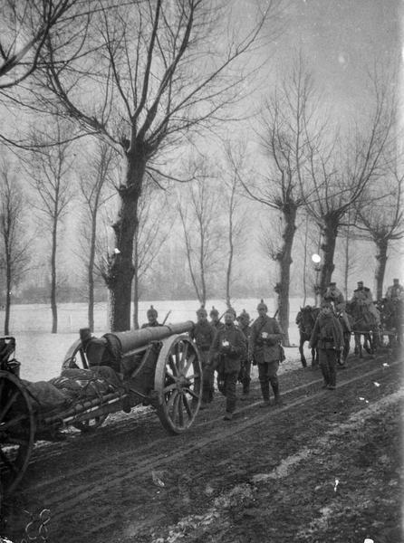 Front de l'Est. Aux environs de Pinsk, en Russie, artillerie allemande en marche. Canon de 100 long