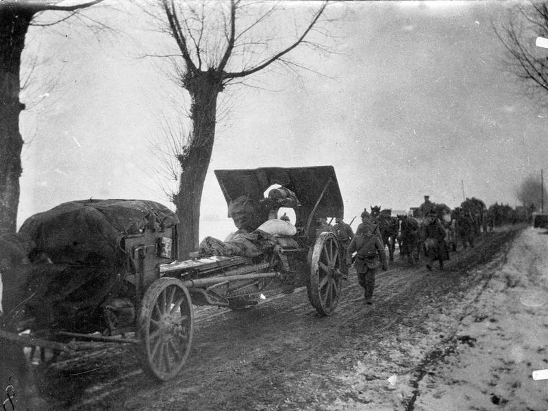 Artillerie allemande en marche sur une route nationale en Pologne