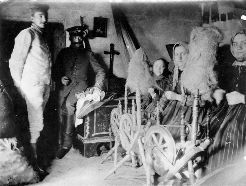 Fileuses et soldats allemands cantonnés dans une maison de paysans