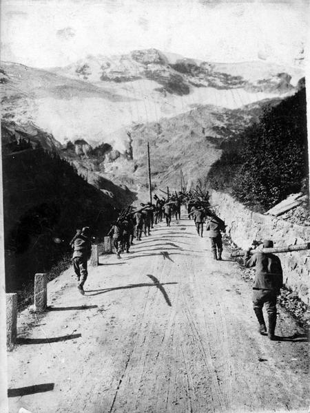 La nouvelle offensive italienne au Tyrol. Infanterie autrichienne sur la route du Stilfserjoch. Soldats autrichiens portant des troncs d'arbres