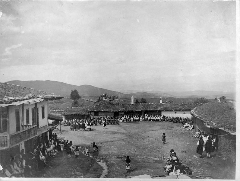Danses de paysans dans le village macédonien de Meglen