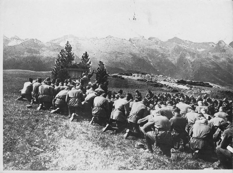 Front du Tyrol. Messe sur un plateau dans les hautes montagnes
