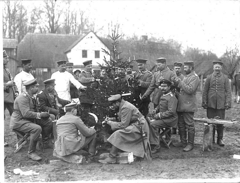 Arbre de Noël de soldats dans la rue d'un village de Pologne russe