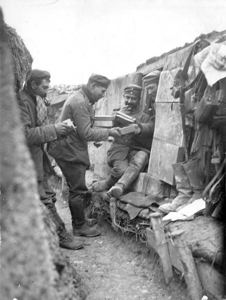 Armée allemande. Distribution du courrier et des paquets dans les tranchées