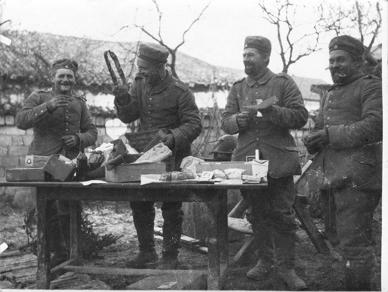 Armée allemande. Ouverture des colis envoyés aux soldats pour Noël
