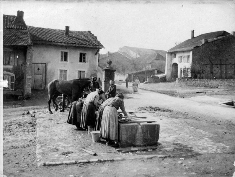 Blanchisseuses dans un village français des Vosges