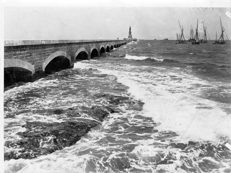 La jetée à l'entrée du Canal de Suez, près de Port-Saïd