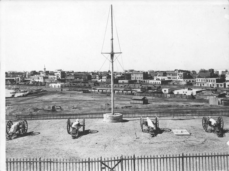 Vue du port de Suez. Signal Cannons anglais