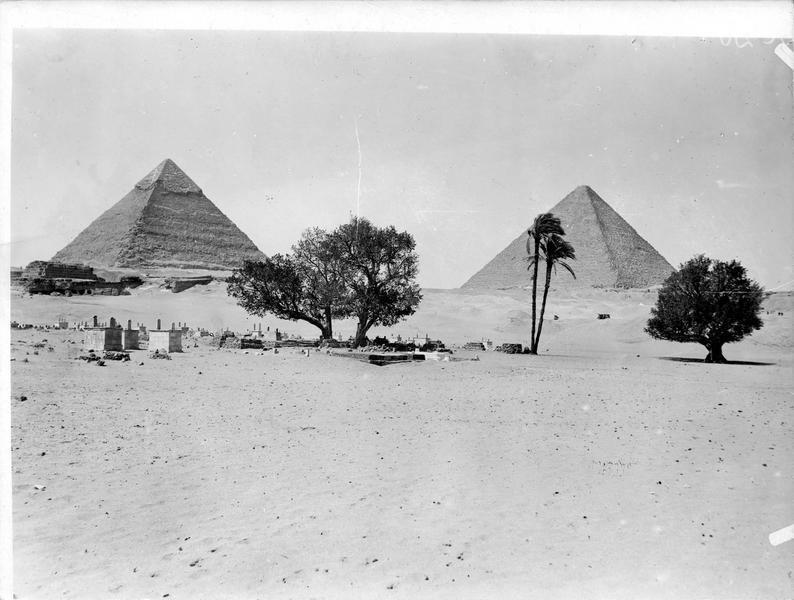 Les Pyramides et le cimetière arabe