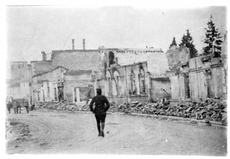 Sur le front. Une rue de Revigny (Meuse) après la bataille