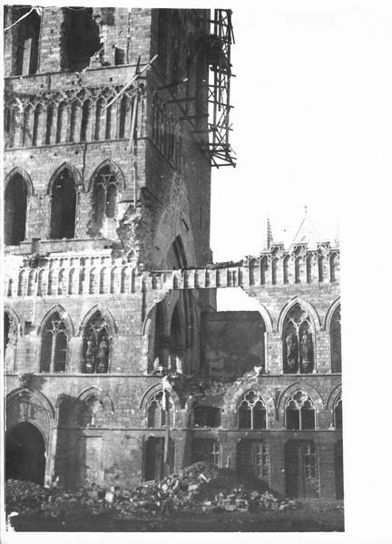 Sur le front. A Ypres, la Halle aux Drapiers détruite par les Allemands. Photo prise le 3 février 1915