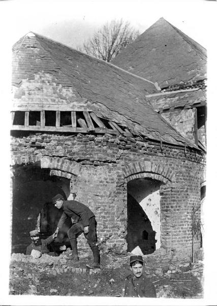 Sur le front. Aux environs d'Albert, une aile du château de M. dans la Somme, après un bombardement par l'ennemi