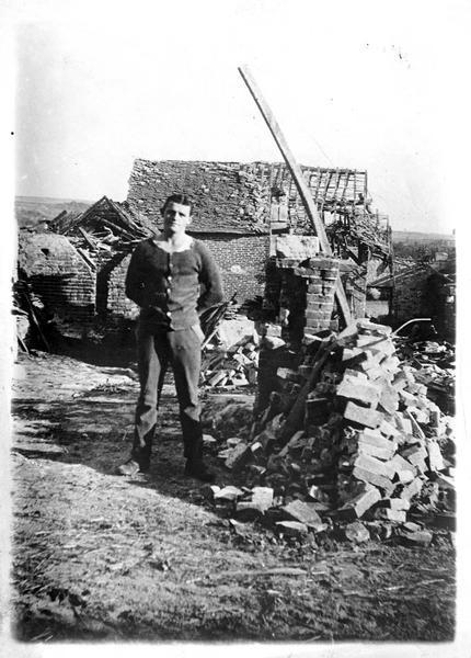 Sur le front. Ce qui reste d'un poste d'observation anglais, bombardé par les Allemands. Au milieu des ruines, l'observateur qui a échappé miraculeusement à la mort