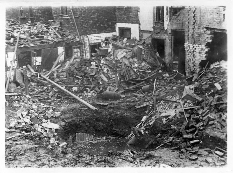 La guerre européenne. Après l'attentat des Zeppelins contre les femmes et les enfants anglais, on recherche les débris des bombes qui serviront de pièces à conviction devant le tribunal