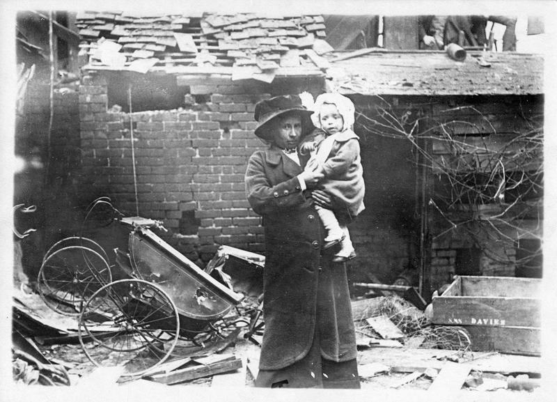 La guerre européenne. Raid aérien allemand sur Colchester ; madame Ralyohns et son fils, échappés miraculeusement à la mort, devant leur maison effondrée