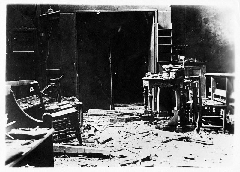 La guerre européenne. Bombardement de la côte anglaise. Intérieur d'une maison atteinte par un obus