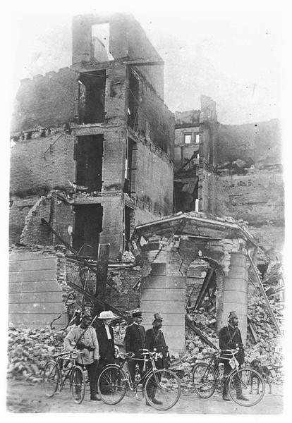 Sur le front. Sur le front oriental. Après une violente action d'artillerie de l'armée russe, ce qui reste d'une maison. Groupe de cyclistes