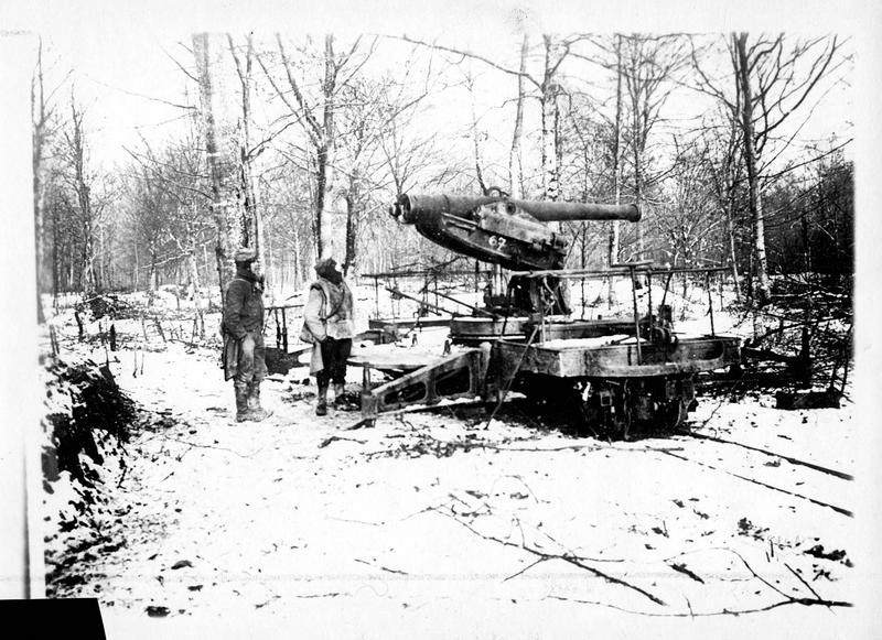Sur le front. En Argonne, une pièce de de batterie de 120, derrière un rideau d'arbres. Pièce montée sur wagonnet et plate-forme tournante