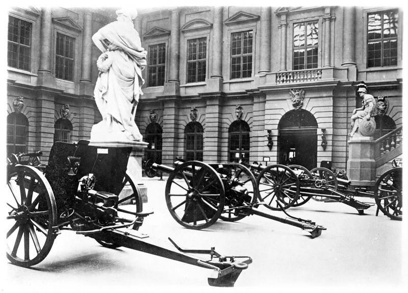 La guerre européenne. Exposition au Zeughaus (arsenal de Berlin) des trophées conquis par les armées du Kaiser opérant en France. Trois canons anglais et belge