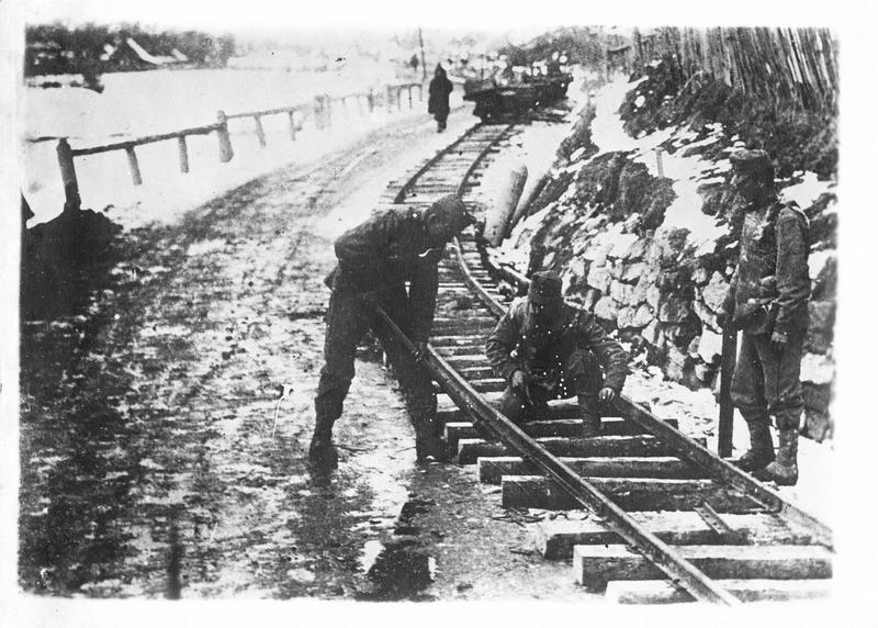 Dans les Carpathes. Installation d'une voie ferrée dans la montagne