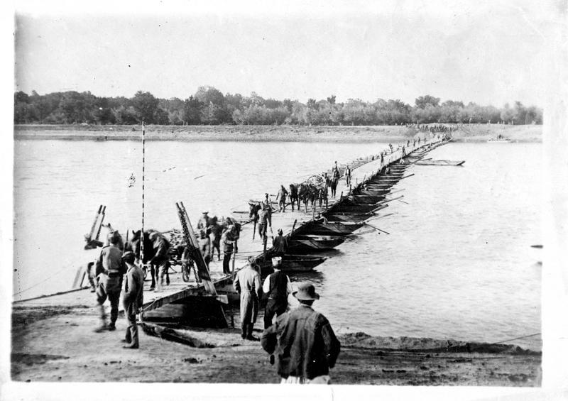 Sur le front austro-serbe. Pont de bateaux établi sur la Save par le génie serbe