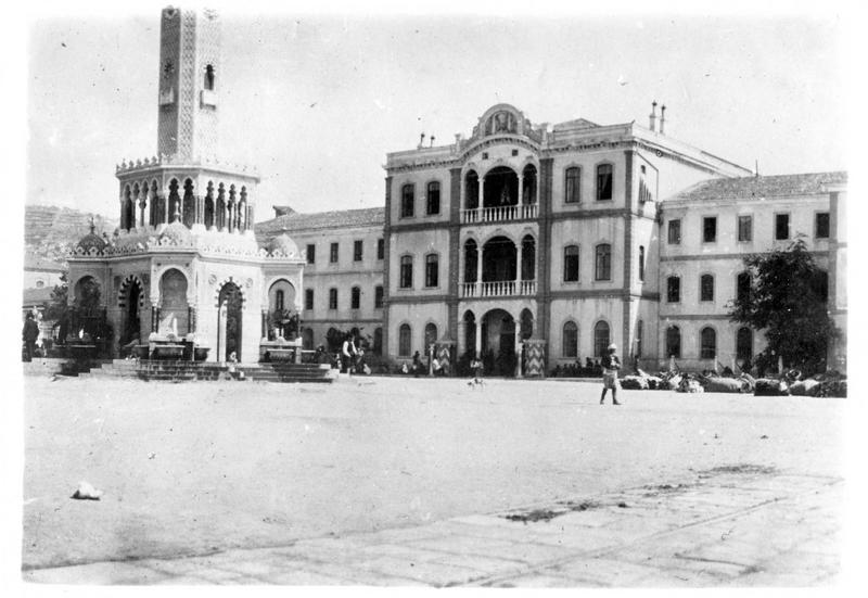 Dans les Dardanelles. Smyrne dont les forts sont actuellement bombardés par les Alliés. Cette photo représente la place Konak
