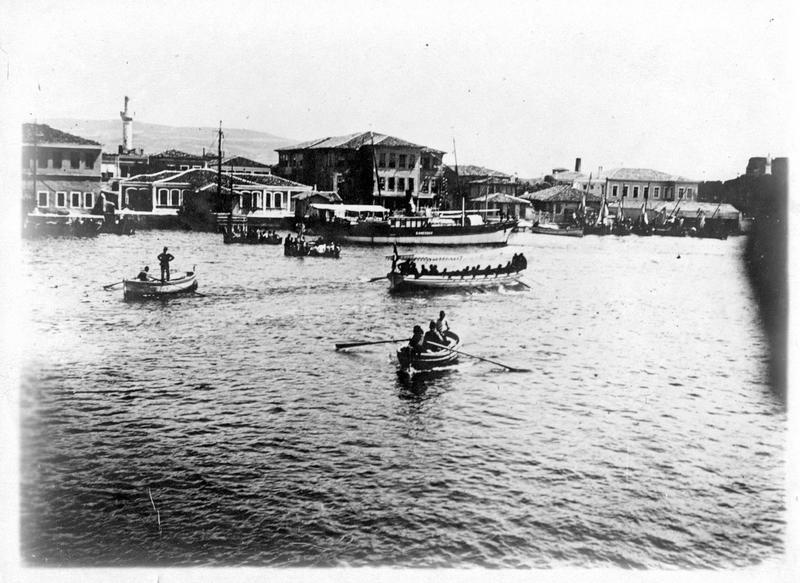 Dans les Dardanelles. La flotte franco-anglaise dans les Dardanelles. Le port de la ville de Dardanus dont les forts sont actuellement bombardés par les Alliés. En arrière plan, les forts