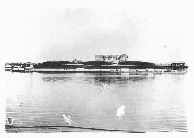 Dans les Dardanelles. Les deux forts de la rive sud actuellement bombardés par les navires des Alliés