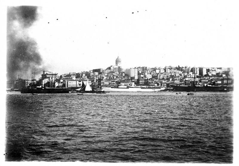 Dans les Dardanelles. Constantinople. Au fond, la tour de Galata