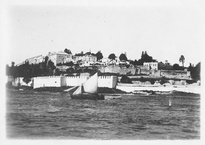 Dans les Dardanelles. La ville de Dardanus vue de la mer