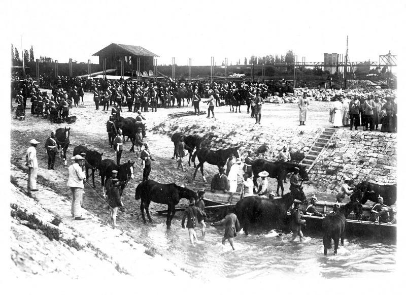 Sur le front. La défense des rives du Rhin par les Allemands. Concentration de troupes à Mülheim sur le Rhin