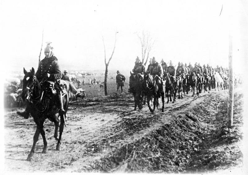 Sur le front. Régiment de Uhlans autrichiens se rendant sur la ligne de bataille