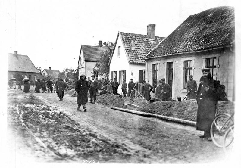 Guerre européenne. Des prisonniers français construisant des canalisations à Münster en Westphalie
