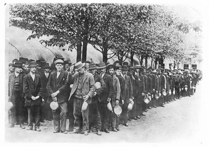 En Allemagne. Les prisonniers civils russes et français viennent chacun avec leur gamelle chercher leur soupe quotidienne