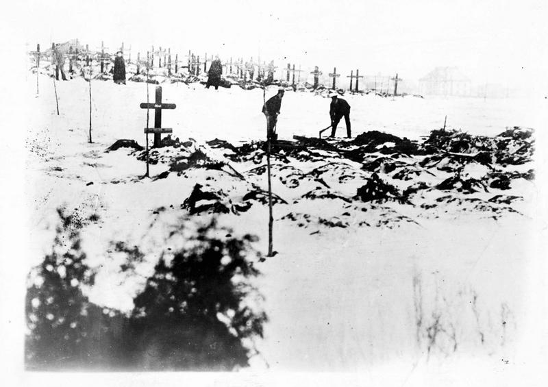 Sur le front. Dans la neige, les Allemands enterrent leurs morts après un combat