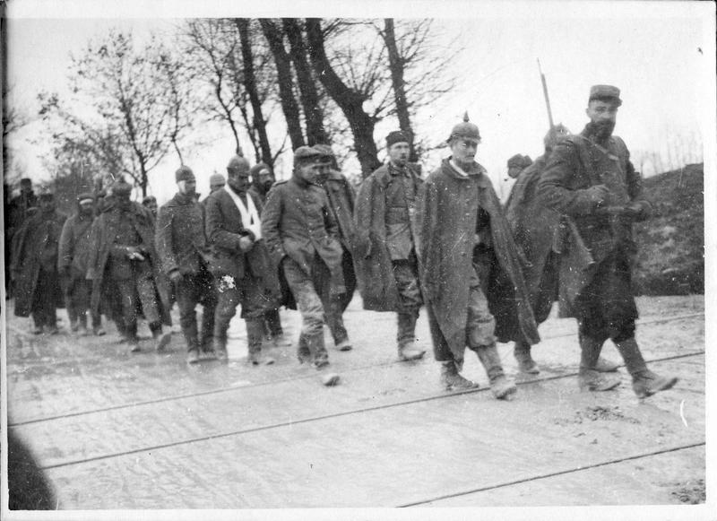 Sur le front. Dans la Meuse. Convoi de prisonniers faits après la prise de tranchées allemandes aux Eparges