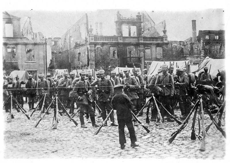 En Prusse orientale. Les Allemands font halte sur une place à Soldau environnée de ruines