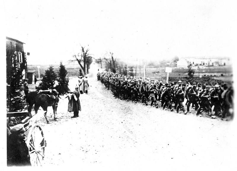 Guerre européenne. Dans la banlieue de Bruges. Troupes allemandes dirigées sur le front d'Ypres