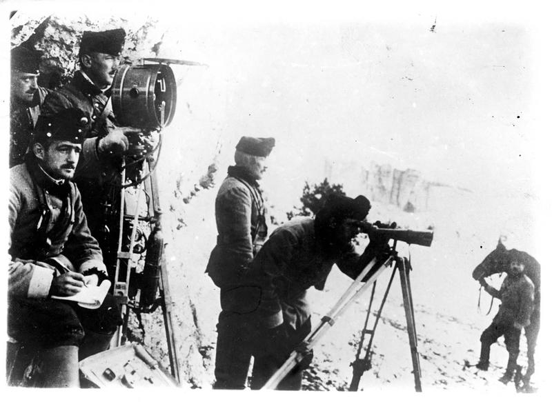 Dans les Carpathes. Sur le front austro-russe, poste d'observateurs autrichiens dans les Carpates d'où ils viennent d'être refoulés par les Russes