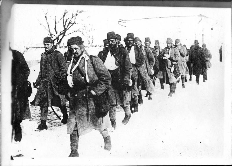 Dans les Carpathes. Troupes bosniaques battues par les Russes en Bukovine. Un groupe de blessés ramenés sur l'arrière