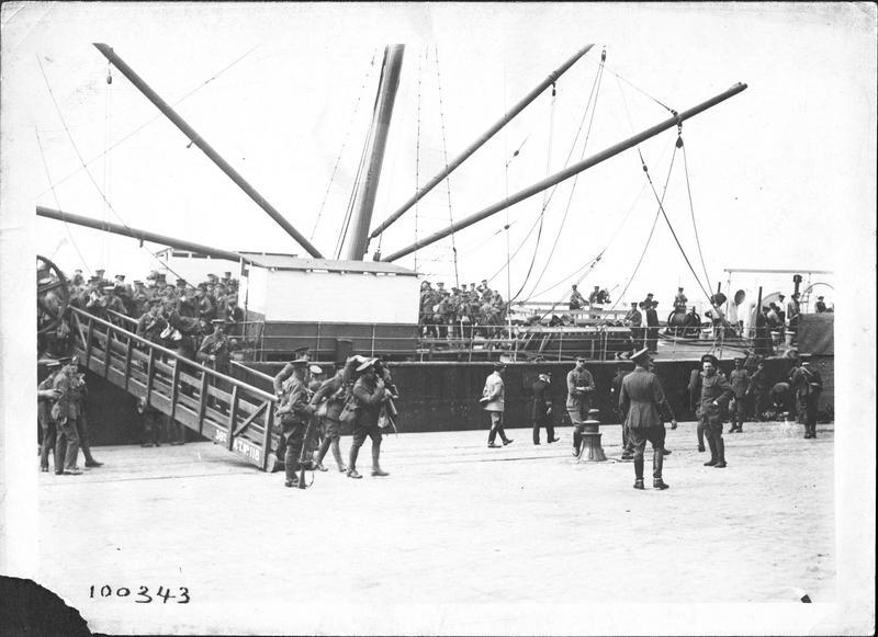 Guerre européenne. Débarquement des troupes anglaises dans un port français